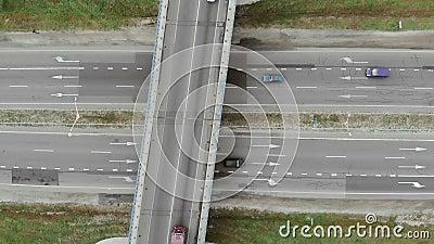 Вид с воздуха на верхнюю дорогу и дорожные развязки Въезд в город через кольцевую дорогу Автомобили движутся по дороге видеоматериал