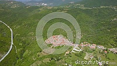 Вид с воздуха на горный хребет в Петрелло Сальто акции видеоматериалы