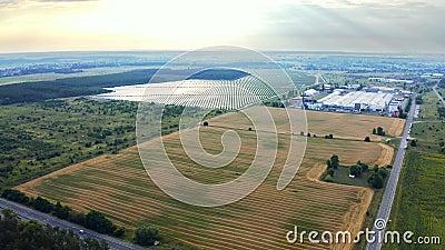 Вид с воздуха на мощную станцию с солнечными панелями генерирует электричество Крупные промышленные предприятия по производству с видеоматериал