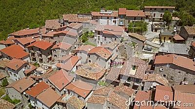 Вид с воздуха на небольшой бетонный дом в Петрелло Сальто видеоматериал
