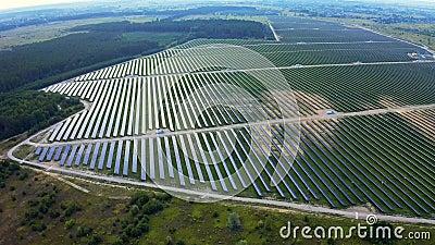 Вид с воздуха на огромную мощную станцию с солнечными панелями генерирует электричество Производство промышленной солнечной энерг акции видеоматериалы