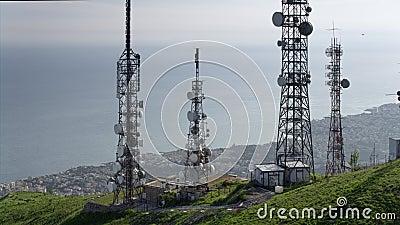 Вид с воздуха радиосвязей возвышается антенны и городской пейзаж на заднем плане видеоматериал