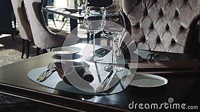 Вино-стекло и тарелка на ужин в ресторане На обеденном столе установлен планшетный стол акции видеоматериалы