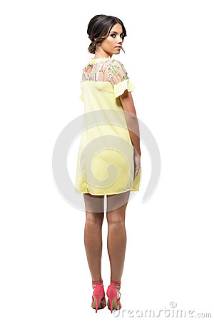Фото в желтом платье сзади