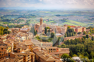 Вид с воздуха над городом Сиены