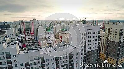 Вид с воздуха на жилом районе Заново завершенный жилой массив в установке лета Воздушное новое имущество с видеоматериал