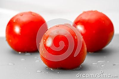 Влажные зрелые томаты