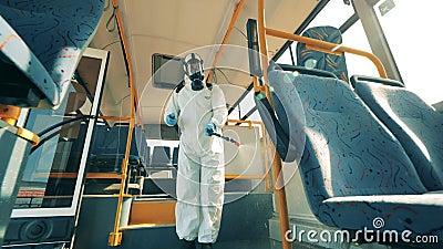 Внутри автобуса дезинфицирующий препарат распыляет химикаты Профилактика коронавируса, концепция эпидемии акции видеоматериалы