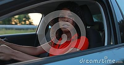 Водитель женщины сидя в салоне автомобиля и управлять начала сток-видео