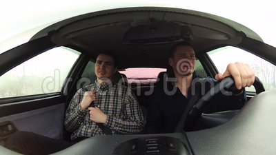 Водитель известно идет управлять Пассажир держа для ремня безопасности акции видеоматериалы