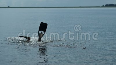 Водолаз акваланга ныряет под водой видеоматериал