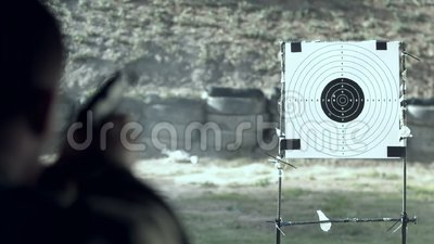 Военное включение солдата по цели во время тренировки акции видеоматериалы