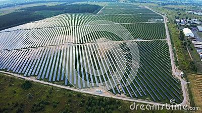 Воздушная муха над большой мощной станцией с солнечными панелями генерирует электричество Производство промышленной солнечной эне сток-видео