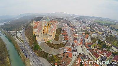 Воздушная съемка красивого аббатства Melk в Австрии река danube Холодная ненастная погода акции видеоматериалы