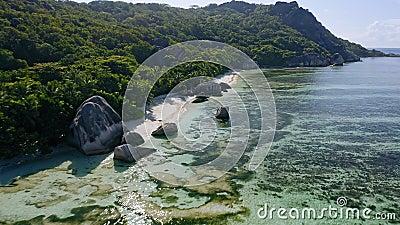 Воздушная съемка летит вдоль знаменитого тропического пляжа Anse Source d`Argent с уникальными гранитными булочками Солнечный све видеоматериал
