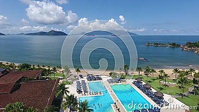Воздушная съемка трутня пляжа - Рио Das Pedras/Бразилии видеоматериал
