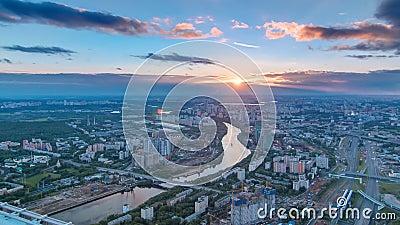 Воздушное взгляд сверху timelapse города Москвы на заходе солнца Сформируйте от платформы замечания делового центра Москвы видеоматериал