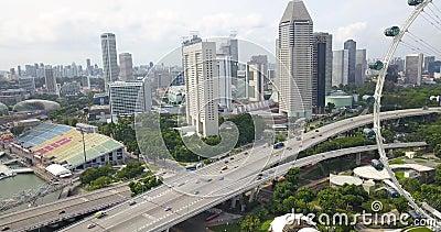 Воздушные кадры с Флайера Сипаре и района, беспилотник движется мимо колеса обозрения в сторону шоссе, Сингапур сток-видео