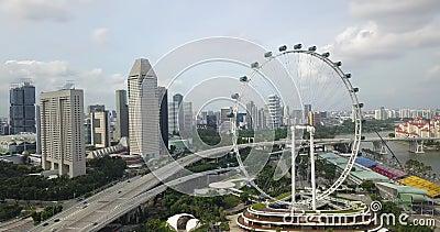 Воздушные кадры с Flyer, беспилотник движется вокруг него, Сингапур видеоматериал