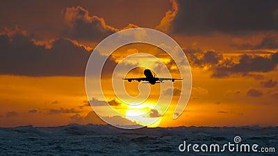 Воздушные судн летая над изумительным тропическим океаном на восходе солнца Назначения перемещения Доминиканской Республики сток-видео