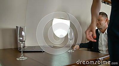 Воздушные хосты, приносящие элитное дорогое шампанское в частный Ñ€ÐµÐ°ÐºÑ акции видеоматериалы