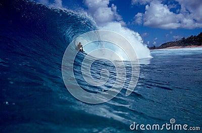 волна пробки большого голубого bodyboarder занимаясь серфингом