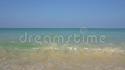 Волны и золотой песок Взгляд горизонта и океана Белая пена от подхода к волн видеоматериал
