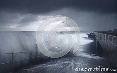 Волны погоды шторма разбивая