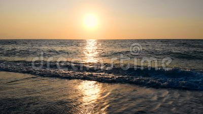 Волны раскачиваются на закате акции видеоматериалы