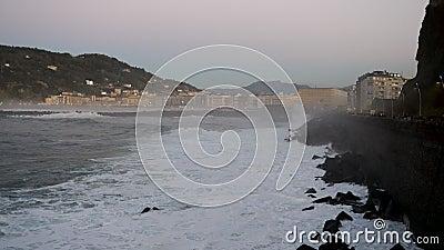 Волны сокрушены камнями Доностия Сан-Себастьян Страна басков Испания Испания акции видеоматериалы