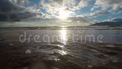 Волны ` s Мауи моют на берег первую точку зрения персоны видеоматериал