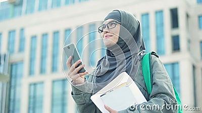 Воодушевленная мусульманская дама получая сообщение по телефону, получая новую работу, занятость видеоматериал