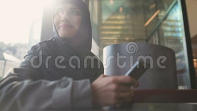 Воодушевленное мусульманское сообщение чтения дамы по телефону, получая новую работу, занятость сток-видео