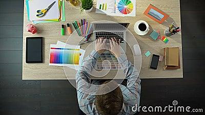 Воодушевленный день творческого дизайнерского начала новый на офисе, используя устройства для работы акции видеоматериалы