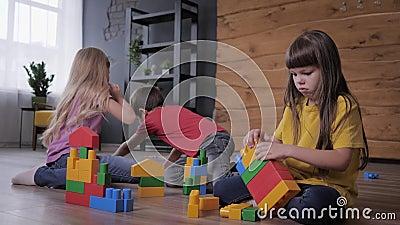 воспитательные игры, дружелюбные дети весело играют в красочный конструктор и строят необычные игрушки из деталей видеоматериал