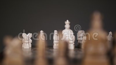 Восточные шахматные шахматные фигуры находятся на позиции перед началом матча 4К видеоматериал