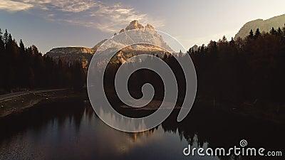 Восход солнца над высокогорными горными пиками, лесом и озером Braies Dolomiti Альпы, южный Тироль сток-видео