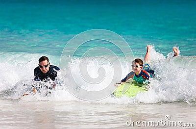 Восхождение на борт буг отца и сына