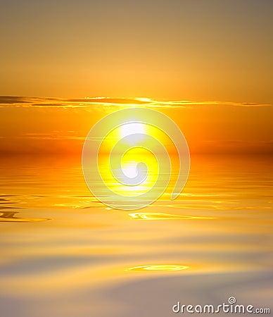 Восход солнца над океаном.