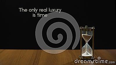 Время только реальная роскошь, популярная фраза о значении жизни, sandglass на таблице видеоматериал