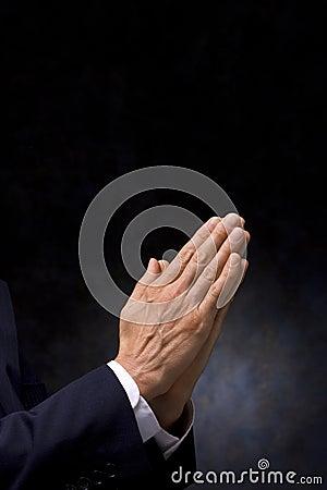 вручает молитву