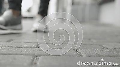 вспомогательное оборудование стильное Анкеры браслетов и джинсы цепей падают на асфальт, падение жемчуга, конец вверх по тапке за сток-видео