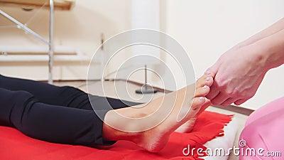 Встреча массажа массаж ноги получая детенышей женщины Массажировать пальцы ноги сток-видео