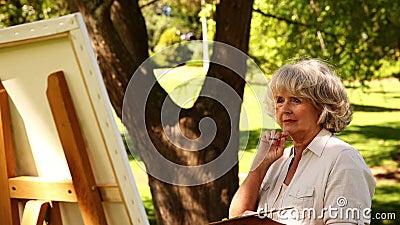 Выбытая картина женщины снаружи сток-видео