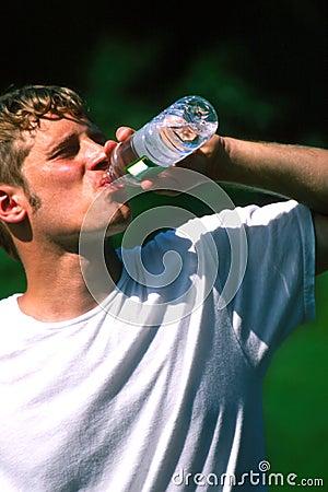 выпивая вода человека