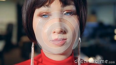 Выражения лица замаскированного женского робота в конце вверх акции видеоматериалы