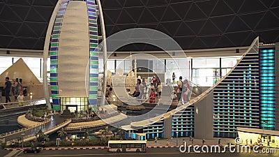 Выставка гостиницы пляжа Jumeirah модель-макетов и гостиницы Al Burj арабской сделанных Lego соединяет в Miniland Legoland на Дуб видеоматериал