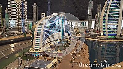 Выставка гостиницы пляжа Jumeirah модель-макетов и гостиницы Al Burj арабской сделанных Lego соединяет в Miniland Legoland на Дуб сток-видео