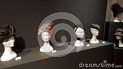 Выставка шляп повестей Araceli Sancho визуальная сток-видео