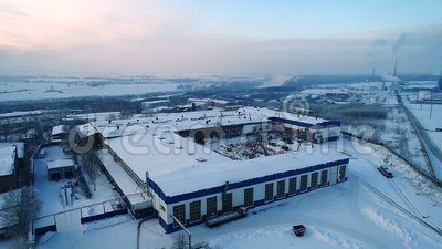 В зимнее время над заводом летает вертолет, летящий над заводом по металлу сток-видео
